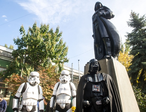 Estátua De Lênin Na Ucrânia é Transformada Em Darth Vader