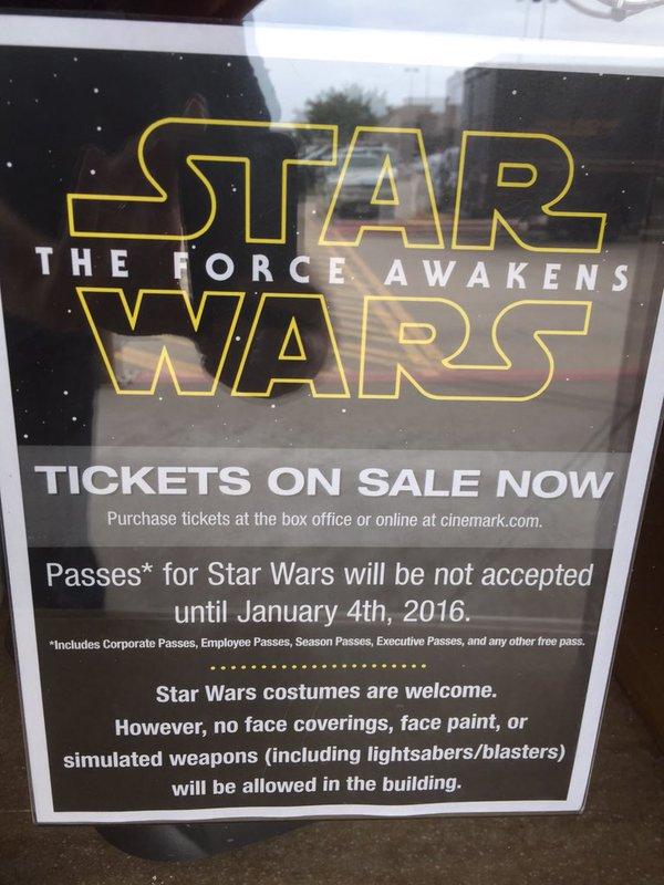 Fantasias de Star Wars são bem vindas. No entanto, nada de máscaras, pinturas faciais ou réplicas de armas (incluindo sabre de luz e blasters)